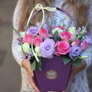 Сумка с эустомой и малиновыми розами
