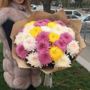 Букет из крупных разноцветных хризантем