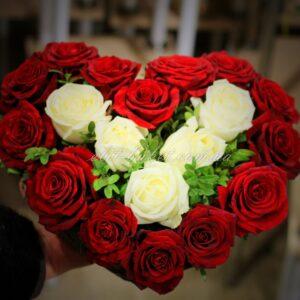 Композиция сердце из роз белые красные розы