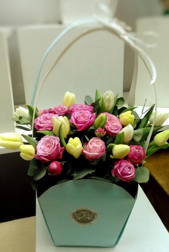745c23a725a8 Нежная сумочка с тюльпанами и пионовидными розами