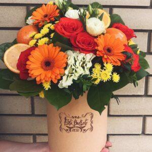 Яркая коробочка с апельсинами #цветыхарьков#букетыхарьков#элитбукет #цветы #флористика#букет#гортензия#коробка#сцветами#кремовая#апельсины#подарок
