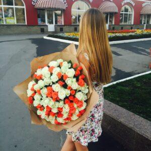 Оранжево-белый букет из роз