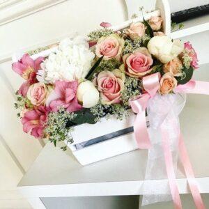 Нежный ящик из роз и пионов