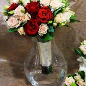Свадебный букет из кремовых и красных роз