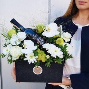 Композиция с белыми орхидеями в деревянном ящике