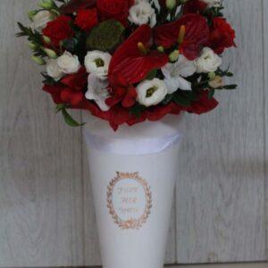 Белый конус с красным антуриумом
