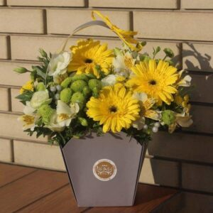 Яркая сумочка с желтыми герберами