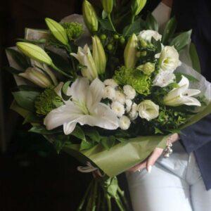 Бело-зеленый букет из лилий и зеленых хризантем