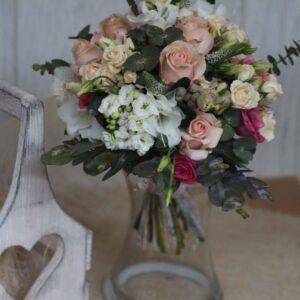 Свадебный букет в нежно кремовых тонах