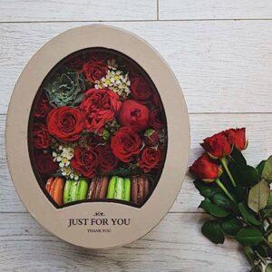 Овальная коробка с печеньем с прозрачной крышкой в красных тонах