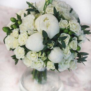 Белый свадебный букет с пионами и мелкоцветной розой
