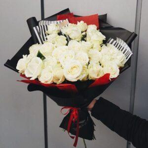 Букет из белых роз в азиацком оформлении