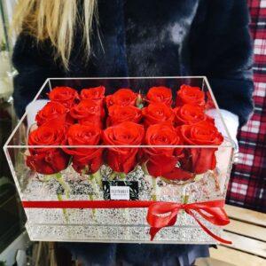 Акриловая коробка с красными розами