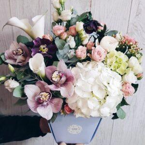 Объемная композиция в сумочке с белой гортензией и орхидеями