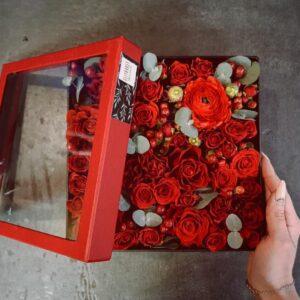 Коробка с красными цветами