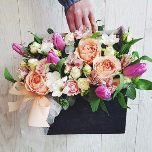 Композиция в деревянном ящике с пионовидными розами, тюльпанами и фрезией