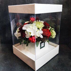 Красно-белая композиция в прозрачной коробке с гортензией