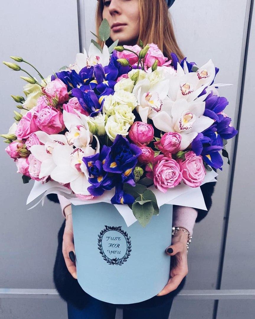 Нежная коробка с орхидеями, пионовидными розами и ирисами.