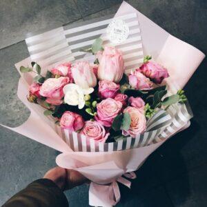 Небольшой милый букетик из пионовидных роз и тюльпанов с добавлением фрезии и эвкалипта