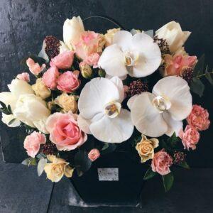 Нежная композиция в черной сумочке с орхидеей фаленопсис