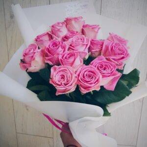 """Небольшой букет из 15-ти розовых роз сорт """"Аква"""". Букет оформлен в кальку."""