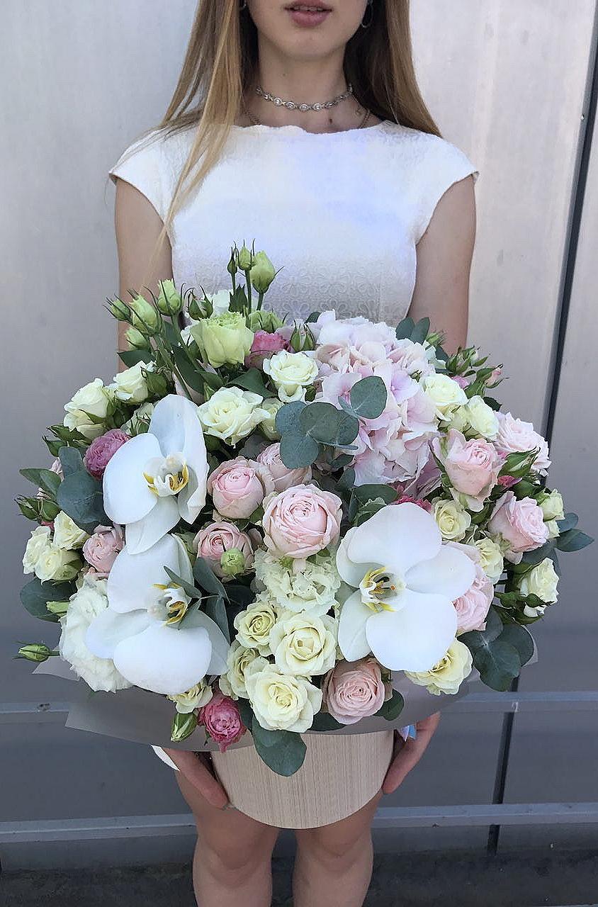Нежная шляпная коробочка из мелкоцветных роз, фаленопсиса и гортензии.