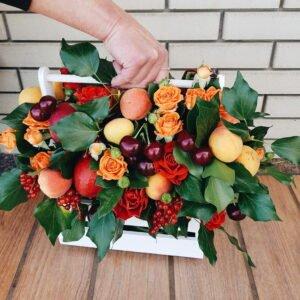 Яркий деревянный ящичек с фруктами