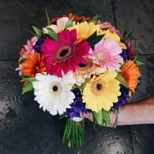 Яркий свадебный букет из гербер