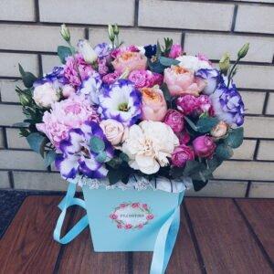 Нежная коробочка с пионовидными розами и эустомой