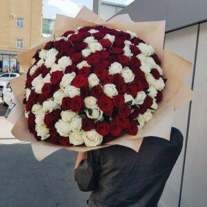 Букет из 151 красно-белой розы