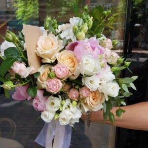 Летний розово-персиковый букет из пионовидных роз и эустомы