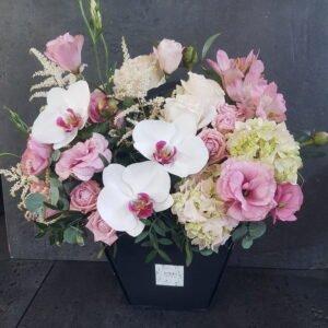 Нежная сумочка с фаленопсисом, кустовыми розами и эустомой