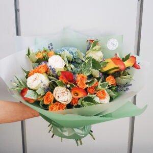 Шикарный букет с голубыми гортензиями, оранжевыми каллами, пионовидными розами