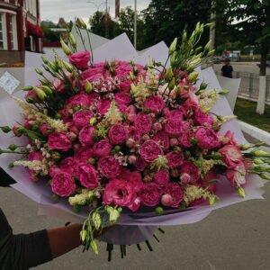 Букет из пионовидных роз Мисти Баблз и эустомы