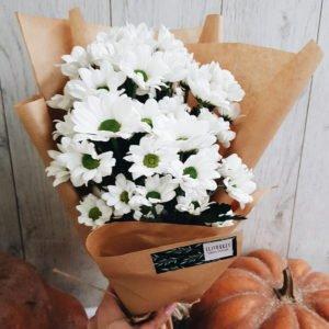 Милый букетик из ромашковидной хризантемы