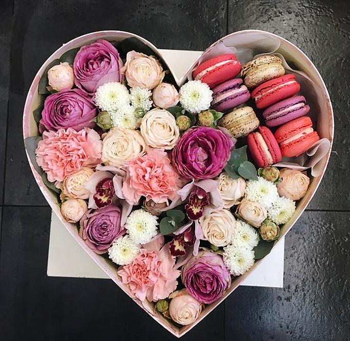 Коробочка сердце с печеньем макарони и пионовидными кустовыми розами