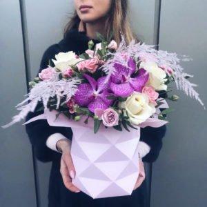 Фигурная коробка с орхидеей Вандой и розами