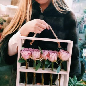 Белая деревянная рамочка с сиреневыми розами