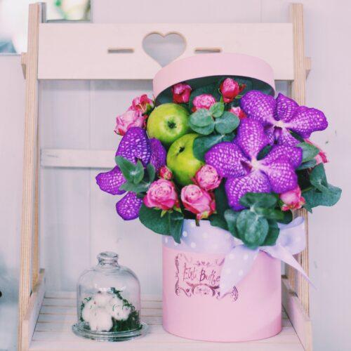 Шляпная коробочка с орхидеей Вандой, пионовидной розой и яблоками