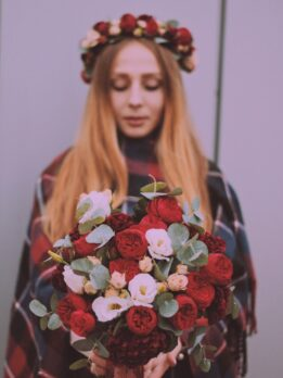Свадебный набор с красными пионовидными розами
