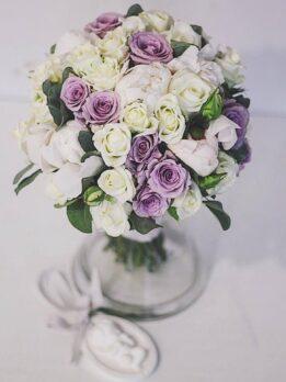 Свадебный букет из белых и сиреневых роз