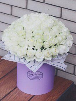 Большая коробка с белыми розами