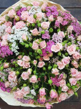 Букет из розовых мелкоцветных роз и ахилеи