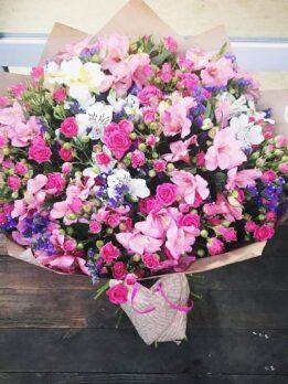Букет с розовой мелкоцветной розой и альстромерией.