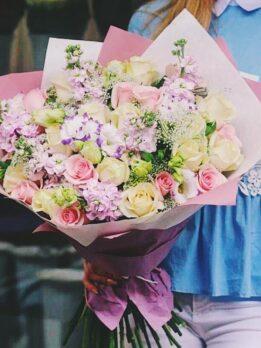 Летний букет с розами и эустомой