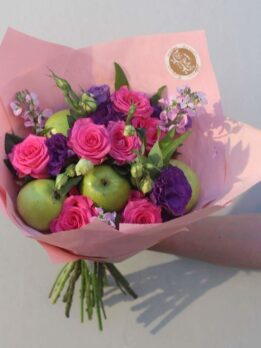 Букет с зелеными яблоками и малиновыми розами
