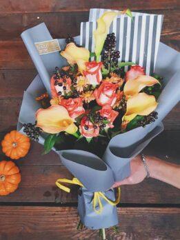 Осенний букет из калл и роз