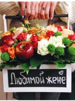 Композиция в деревянном ящике с мелкоцветной розой и яблоками