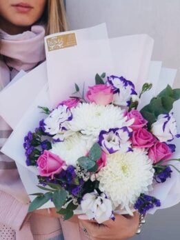 Букет из роз и белых хризантем