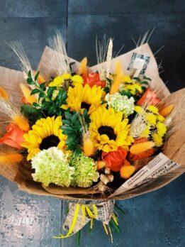Яркий солнечный букет с подсолнухами, гвоздиками и розами.